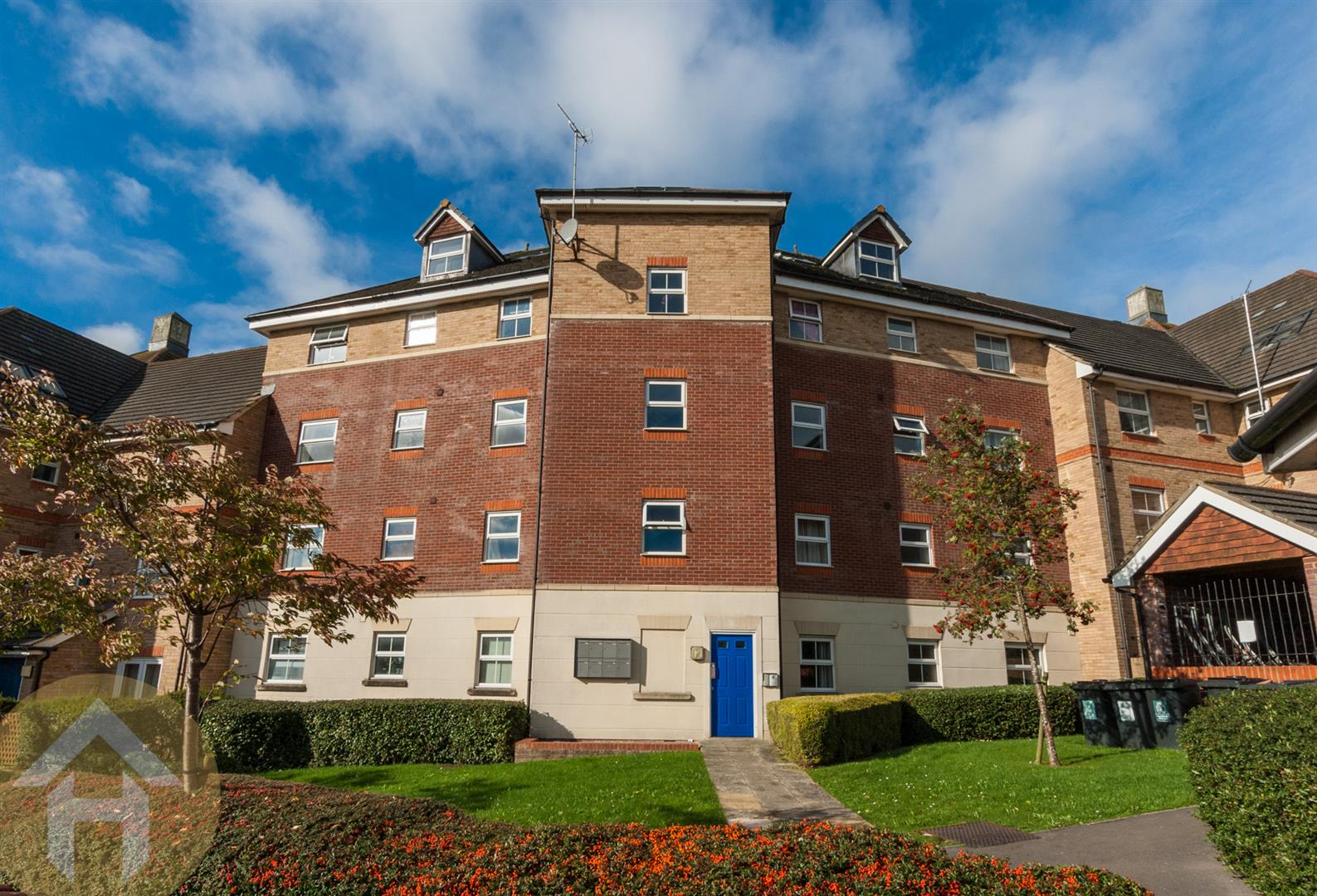 3 Bedrooms Flat for sale in Marbeck Close, Swindon